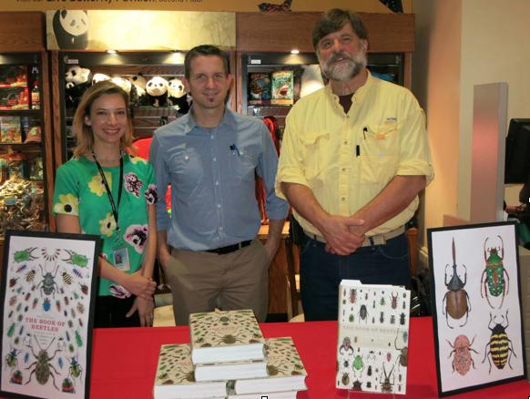 Patrice BOUCHARD lors du lancement du livre The Book of the Beetles à Washington D.C. en compagnie des co-auteurs : Lourdes CHAMARRO (à gauche) et Art EVENS (à droite) (Source : P. BOUCHARD)