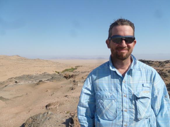 Patrice BOUCHARD dans le désert de Namibie lors d'une expédition récente à la recherche de Tenebrionidae (Source : P. BOUCHARD)