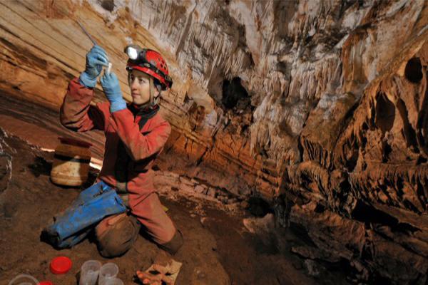 Ana Sofia Reboleira dans la grotte de Krubera-Voronja (Source : CESAM)