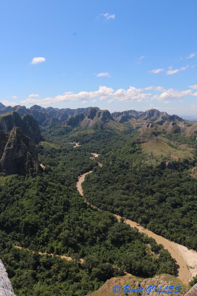 Panorama de la rivière Menapanda, du camp de base et du labyrinthe rocheux du Makay (Source : © B. GILLES)
