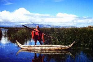 "Pêcheur Aymara allant relever son filet dans les herbiers de ""totora"""