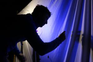Moi en train de collecter un insecte au piège lumineux